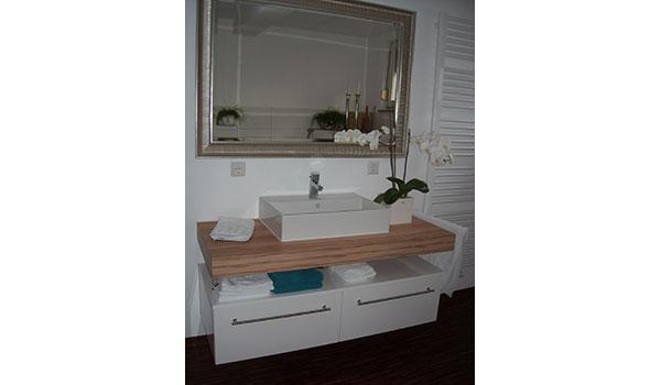 badm bel in hochglanz wei mit kernapfel waschtisch gewa die m belschreinerei. Black Bedroom Furniture Sets. Home Design Ideas