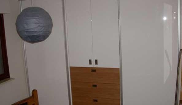 schiebet ren in hochglanz wei mit kirschbaum gewa die m belschreinerei. Black Bedroom Furniture Sets. Home Design Ideas