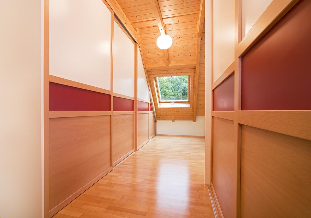 Gleittüre Holzrahmen in Dachschräge   GEWA - Die Möbelschreinerei