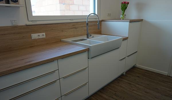 Schreinerküche in weiß mit Edelstahl Griffen GEWA Die Möbelschreinerei
